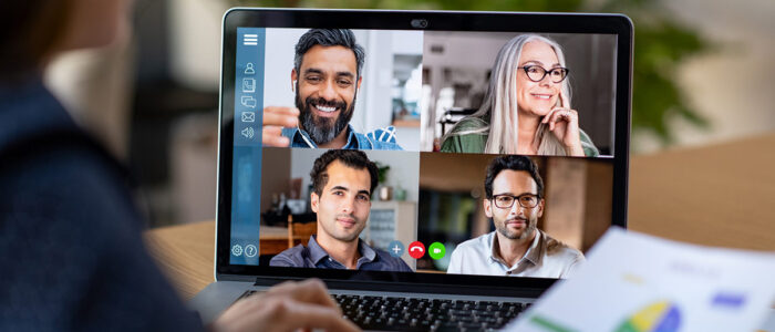 man achter laptop online presenteren in meeting via zoom