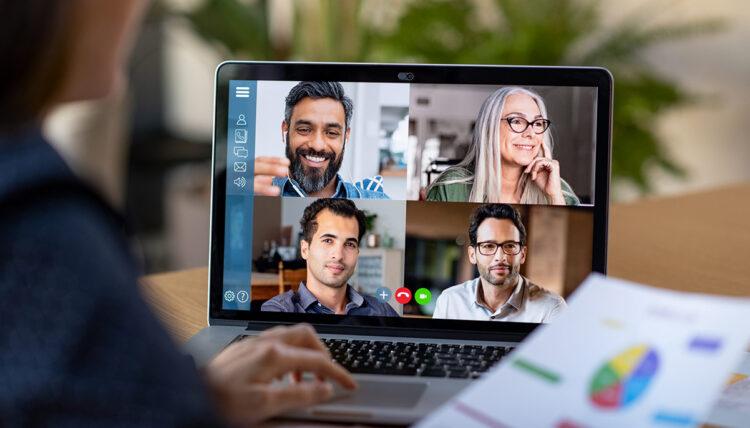 man achter laptop online presenteren in meeting via zoom