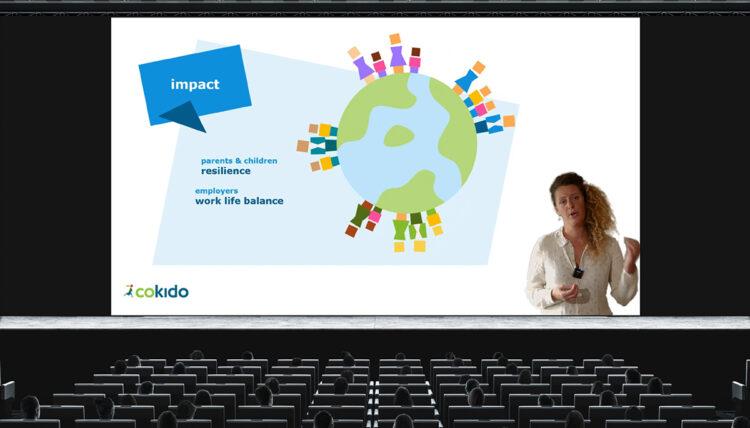 vrouw geeft online pitch voor scherm met presentatie