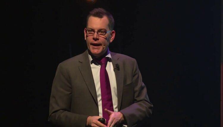 comedian Arnout Van den Bossche geeft aan in een hilarische sketchhoe je PowerPoint best niet gebruikt.