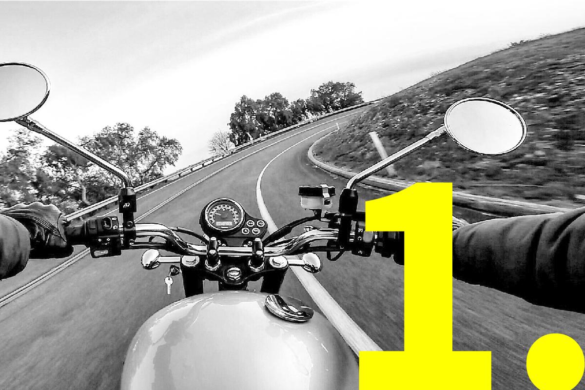 motor, gefotografeerd vanuit standpunt van bestuurder, die bocht in gaat op verlaten weg tussen groen, om slimme opbouw en snelle aanpassing van presentaties aan te tonen