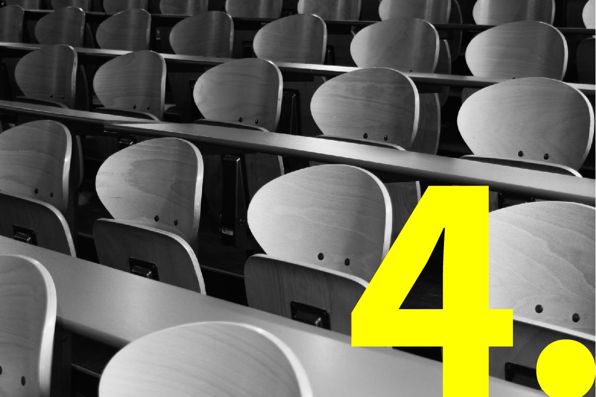 Lege stoeltjes in een aula, klaar voor het publiek van een presentatie.