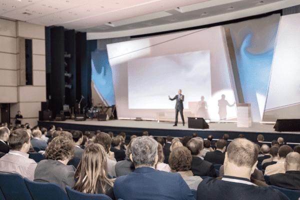 Keynote spreker voor groot zakelijk publiek.