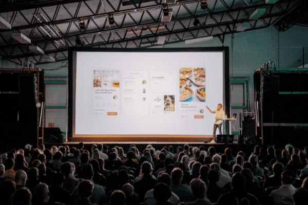 Spreker geeft visueel sterke PowerPoint presentatie.