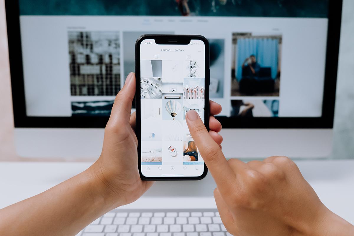 Ontwerper bekijkt foto's om te gebruiken in verkooppresentatie.