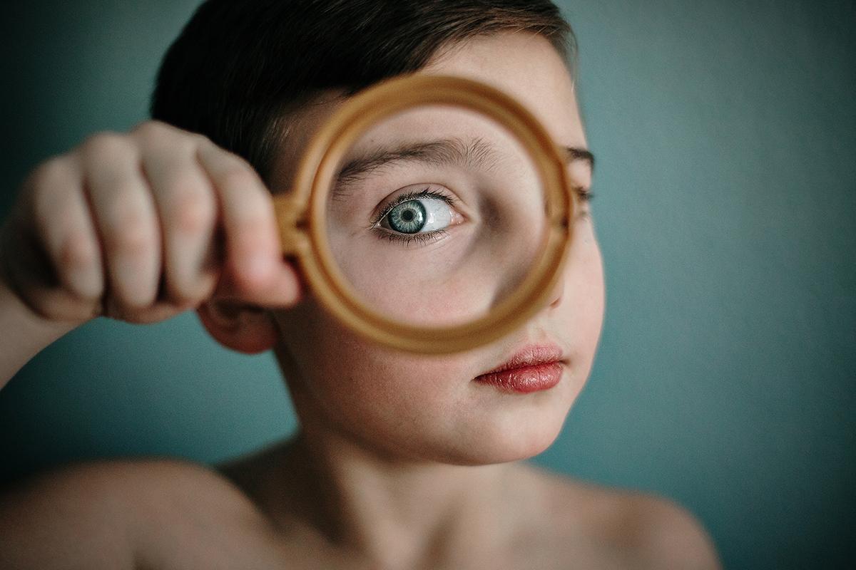 Jongen met vergrootglas en visuele focus